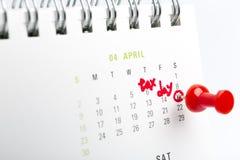 April-Steuertag oben geschrieben und in einen Kalender, Abschluss festgesteckt Lizenzfreies Stockbild