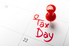 April-Steuertag oben geschrieben und in einen Kalender, Abschluss festgesteckt Stockbilder