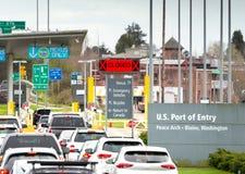 14 april, 2019 - Surrey, Canada: De V.S. bonden voertuigen wachtend bij de grensinspectiepost van de Vredesboog dichtbij Blaine,  stock fotografie