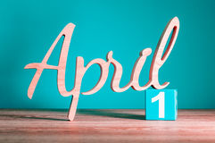 1. April Tag 1 des Monats, Kalender auf Holztisch und Grünhintergrund Frühlingszeit, leerer Raum für Text Stockbilder