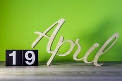 19. April Tag 19 des Monats, Kalender auf Holztisch und Gr?nhintergrund Fr?hlingszeit, leerer Raum f?r Text stockbild