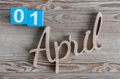 1. April Tag 1 von April-Monat, Farbkalender auf hölzernem Hintergrund Frühlingszeit… Rosenblätter, natürlicher Hintergrund Stockbild