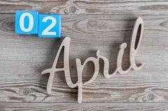 2. April Tag 2 von April-Monat, Farbkalender auf hölzernem Hintergrund Frühlingszeit… Rosenblätter, natürlicher Hintergrund Stockfoto