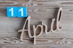 11. April Tag 11 von April-Monat, Farbkalender auf hölzernem Hintergrund Frühlingszeit… Rosenblätter, natürlicher Hintergrund Stockfotos