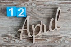12. April Tag 12 von April-Monat, Farbkalender auf hölzernem Hintergrund Frühlingszeit… Rosenblätter, natürlicher Hintergrund Lizenzfreie Stockbilder