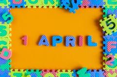 1. April Tag 1 von April-Monat, Kalenderkinderspielzeug - Puzzlespiel Frühlingszeit, Ostern und Dummkopftag Lizenzfreies Stockfoto