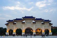 April 21, 2018 - Teipei, Taiwan: Okända turister som besöker Liberty Square Main Gate av den medborgareChiang Kai-shek minnesmärk arkivfoton