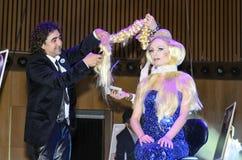 27 april - Tel Aviv, ISRAËL - een mooi blonde-model en Moti Rubin - Meester van het Kappen - de schoonheid van OMC Cosmo, 2015, I Stock Foto's
