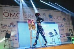 27. April - Tel Aviv, ISRAEL - modellieren Sie in den schwarzen Wegen auf Stadium-OMC Cosmo-Schönheit, 2015, Israel Stockfotos
