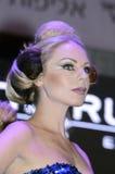 27. April - Telefon Aviv ISRAEL - Porträt einer schönen Blondmodell-OMC Cosmo-Schönheit, 2015, Israel lizenzfreies stockbild