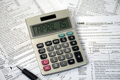 15. April Text auf Taschenrechner und Steuerformularen Lizenzfreies Stockfoto