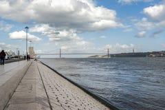 April 25th bro över Taguset River i Lissabon fotografering för bildbyråer
