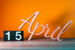 April 15th Dag 15 av månaden, daglig träkalender på tabellen med orange bakgrund Begrepp för vårtid Royaltyfria Bilder