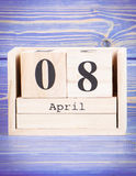 April 8th Datum av 8 April på träkubkalender Royaltyfria Foton