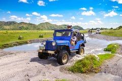 April 15 2018 turist som går till Mt Pinatubo spårning Arkivfoto