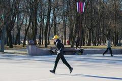 06 April 2019, Veliky Novgorod, de mens-mensenagent van AtletenRunning in het Park, het Aanstoten stock foto's