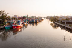 11,2016 APRIL - vissersvaartuigen in Mahachai-estuarium die vill vissen Royalty-vrije Stock Foto's