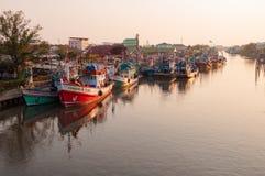 11,2016 APRIL - vissersvaartuigen in Mahachai-estuarium die vill vissen Stock Fotografie