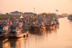 11,2016 APRIL - vissersvaartuigen in Mahachai-estuarium die vill vissen Stock Afbeelding