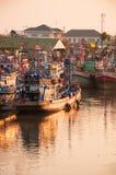 11,2016 APRIL - vissersvaartuigen in Mahachai-estuarium die vill vissen Stock Afbeeldingen