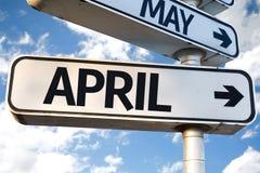 April-Wegweiser auf Himmelhintergrund Stockfoto