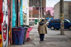 17. April 2019 Windsor Ontario Canada Street Photography-Mann jemand jedermann jemand jedes, das weg städtische Gasse geht stockbilder