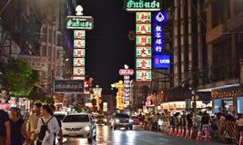 April 15, 2017: Yaowarat nattmarknad för säljare på den chinatown vägen, den huvudsakliga gatan i kineskvarter, en gång av den Ba Royaltyfri Bild