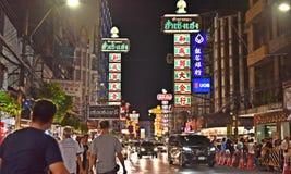 April 15, 2017: Yaowarat nattmarknad för säljare på den chinatown vägen, den huvudsakliga gatan i kineskvarter, en gång av den Ba Arkivbilder