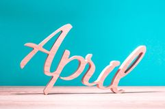 April - zweiter Monat des Frühlinges Hölzernes geschnitztes Wort am dunkelblauen Hintergrund Kardieren Sie für Dummköpfe Tag am 1 Stockbilder