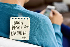 Aprile Buon pesce D, lycklig dag för april dumbommar i italienare Royaltyfri Fotografi