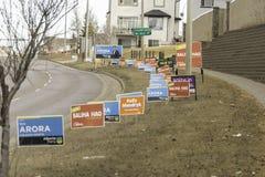 7 aprile 2019 - Calgary , Alberta, Canada - segni di campagna del candidato sulla strada per le elezioni provinciali immagine stock libera da diritti