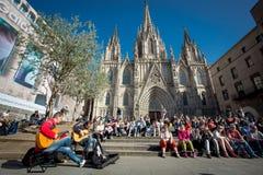 11 aprile 2015 Cattedrale di Barcellona e canto dell'artista della via Immagini Stock