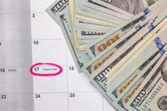 Aprile con il calendario ed i documenti di affari Immagini Stock