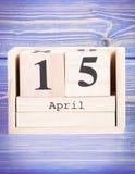 15 aprile Data del 15 aprile sul calendario di legno del cubo Fotografia Stock Libera da Diritti