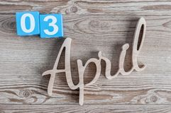 3 aprile Giorno 3 del mese di aprile, calendario di colore su fondo di legno Il tempo di primavera… è aumentato foglie, sfondo na Immagini Stock