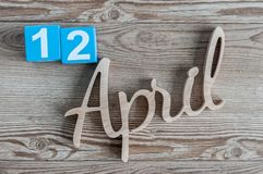 12 aprile Giorno 12 del mese di aprile, calendario di colore su fondo di legno Il tempo di primavera… è aumentato foglie, sfondo  Immagini Stock Libere da Diritti