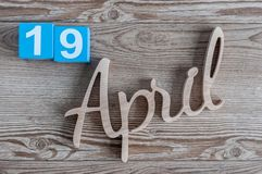 19 aprile Giorno 19 del mese di aprile, calendario di colore su fondo di legno Il tempo di primavera… è aumentato foglie, sfondo  Fotografia Stock Libera da Diritti