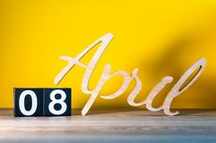 8 aprile Giorno 8 del mese di aprile, calendario sulla tavola di legno e fondo verde Il tempo di primavera… è aumentato foglie, s Immagini Stock
