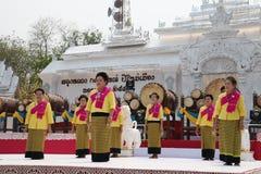 10 aprile 2016: il fuoco molle del gruppo di ballerini esegue al festival di songkran nello stile di lanna, nel Nord della Tailan Immagine Stock Libera da Diritti