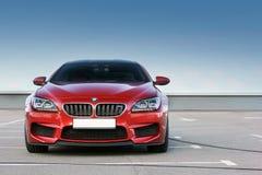 7 aprile 2014; Kiev, Ucraina BMW M6 su un fondo di chiaro cielo immagini stock