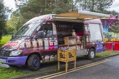 22 aprile 2018 piccolo furgone al minuto dei confettieri di A che lo maneggia commercio del ` s al festival di primavera al Demes fotografie stock libere da diritti