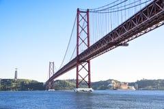 25 aprile ponte sopra il fiume di Tago a Lisbona Fotografie Stock Libere da Diritti