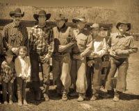 22 APRILE 2017, RIDGWAY COLORADO: I cowboy ed i cowgirl posano contro il recinto al ranch centennale, Ridgway, Colorado un ranch  Immagini Stock Libere da Diritti