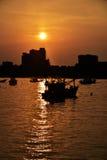 26 aprile 2016 siluetta della foto, barca, alba Turista di Koh Larn Immagini Stock Libere da Diritti