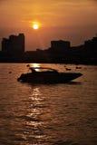 26 aprile 2016 siluetta della foto, barca, alba Turista di Koh Larn Immagini Stock