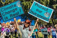 29 aprile 2017 - VENTURA CALIFORNIA - i protestatari dimostrano sulla giornata per la Terra contro le politiche ambientali di pre Immagine Stock Libera da Diritti