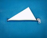 Aprire la zip il portafoglio di cuoio con la carta vuota bianca Fotografia Stock