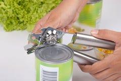 Apriscatole che aprono un cibo in scatola isolato Immagine Stock