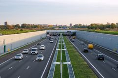 A4 aprofundou a estrada Rotterdam Haia, tráfego da tarde fotos de stock royalty free