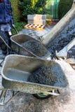 Apronte o concreto da mistura em uns carrinhos de mão Fotografia de Stock Royalty Free